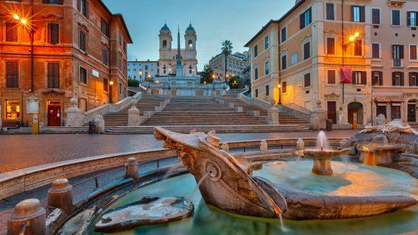 Foto serale della Piazza di Spagna a Roma vista dalla fontana della Barcaccia